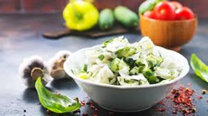 Ketojenik Lahana Salatası
